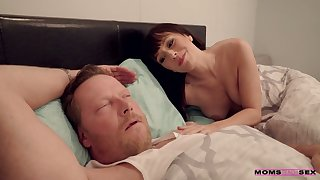 Sex-starved milf Alana Cruise is masturbating pussy to the fore of hibernating costs