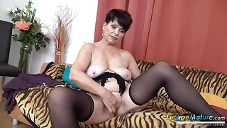 Saggy tits granny plays with say no to luscious pussy