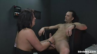 Full-grown amateur drops greater than her knees to pleasure her horny male purchaser